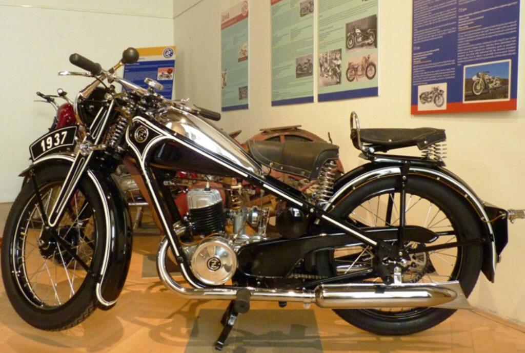 Historie motocyklů iwa moto randění ve tmě na youtube v Austrálii
